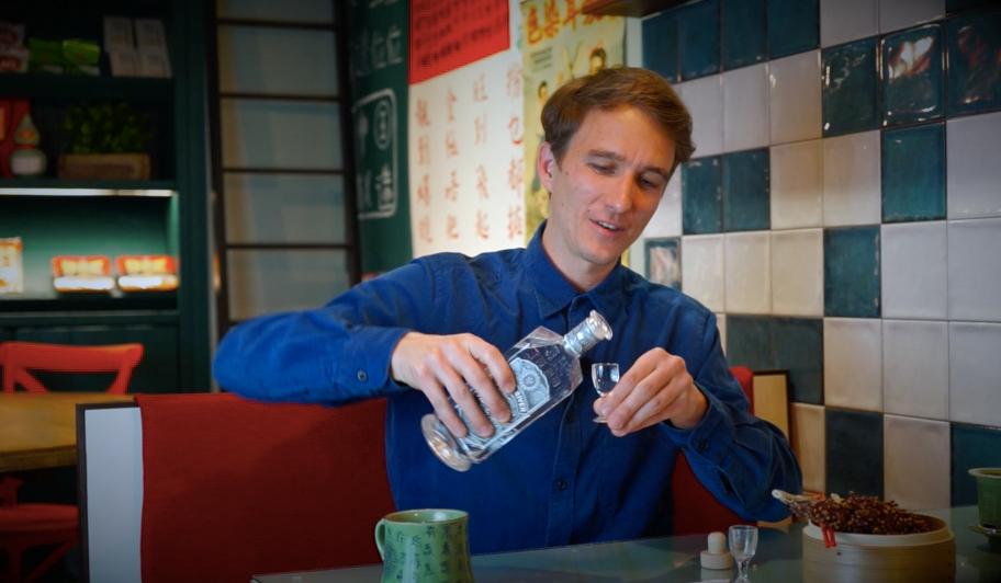 Matthias erklärt, wie man in China miteinander anstößt. Ganbei!