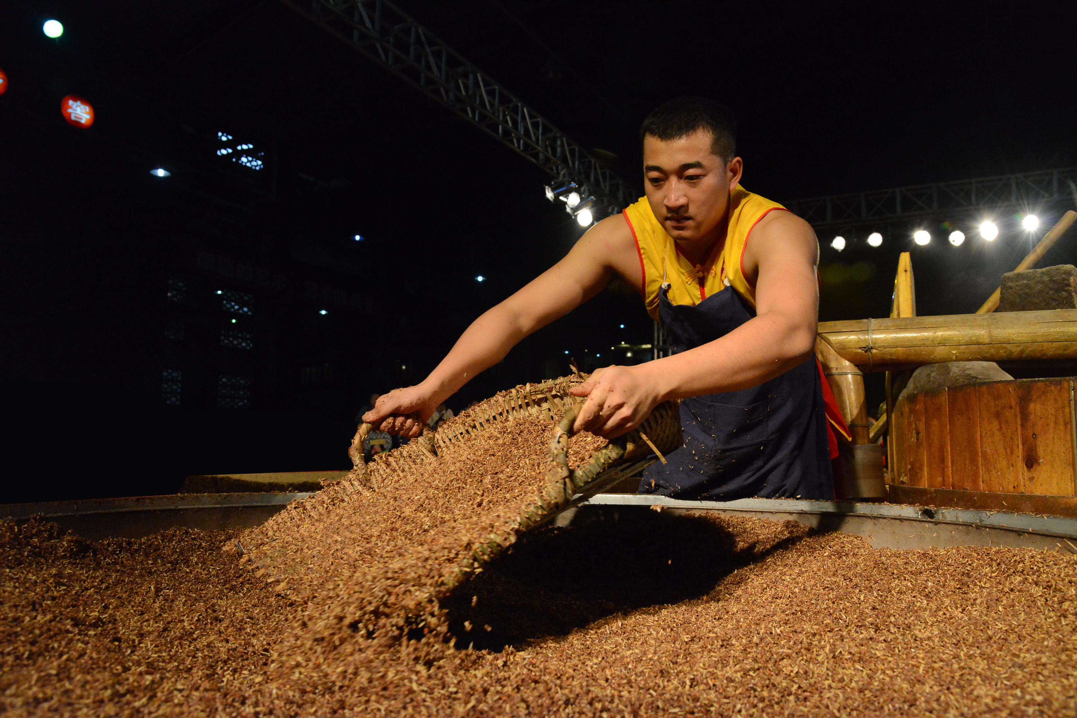 Loading still Ming River Luzhou Laojiao baijiu distillery